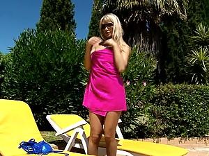 Gorgeous blonde masturbates her pussy after sunbathing