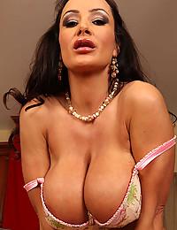 Hot Erotic Momma Lisa Ann Strips